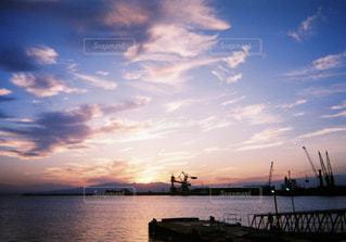 水の体に沈む夕日の写真・画像素材[974165]