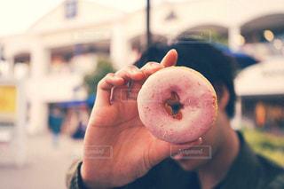 ドーナツを手に持っている人の写真・画像素材[2918168]