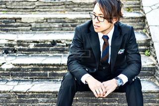 ベンチに座っているスーツとネクタイを着た女性の写真・画像素材[3061860]