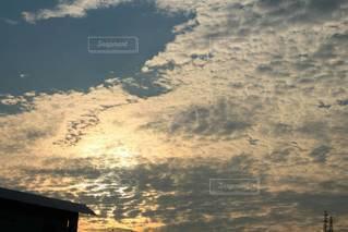 水の体に沈む夕日の写真・画像素材[3340911]