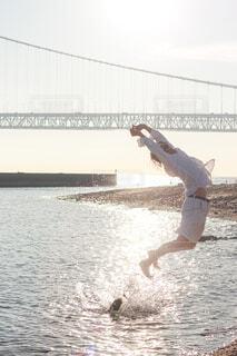 夏の海と夕陽の輝きの写真・画像素材[4316668]