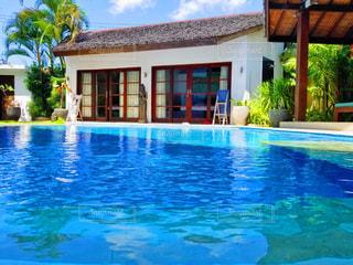 青いプールの水の写真・画像素材[1226709]