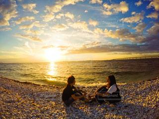 ビーチに座っている人々 のグループの写真・画像素材[1285586]