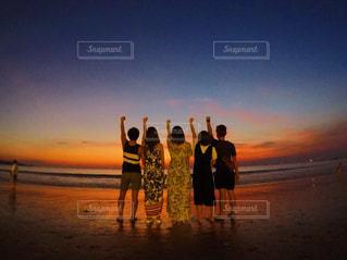砂浜の上に立つ人々 のグループの写真・画像素材[1285597]