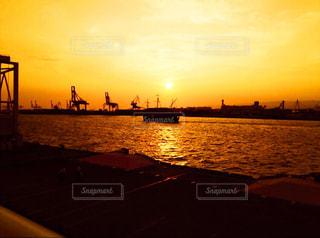 水の体に沈む夕日の写真・画像素材[1285600]