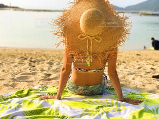 ビーチに座っている人の写真・画像素材[1285627]