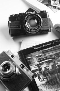 テーブルの上のカメラの写真・画像素材[850385]