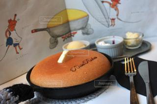 テーブルにバースデー ケーキのプレート - No.896227