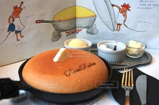 テーブルの上に食べ物のプレートの写真・画像素材[896228]