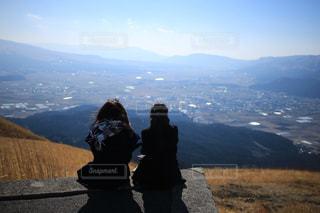 山の前に立っている男の写真・画像素材[896438]