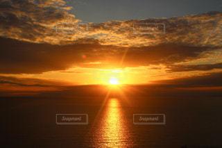 水の体に沈む夕日の写真・画像素材[897236]