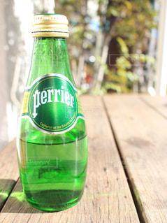 クローズ アップ ボトルとテーブルの上のビールのグラス - No.917815