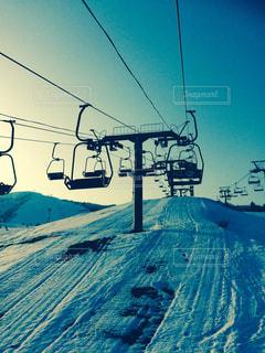 近くに雪の斜面をカバーの写真・画像素材[928839]