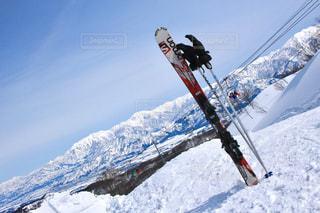 雪の空気中のジャンプ男覆われた斜面 - No.928843