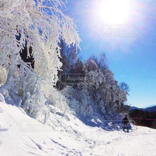 雪の上に乗って男覆われた斜面 - No.928854