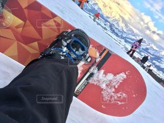 雪の中に立っている男の人の写真・画像素材[929806]