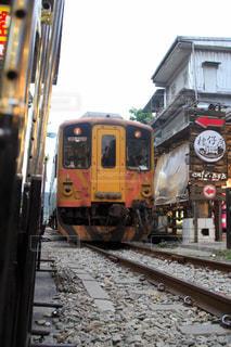 電車は建物の脇に駐車します。の写真・画像素材[929815]