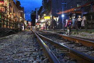 背景の建物と電車の中で人々 のグループを追跡します。の写真・画像素材[929816]