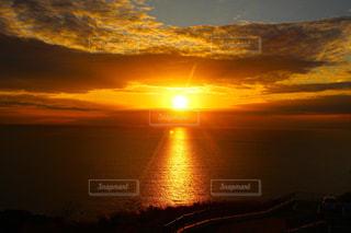 水の体に沈む夕日の写真・画像素材[956853]