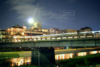 大きな橋が夜ライトアップの写真・画像素材[1014334]