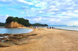 水の体の横にある砂浜のビーチの写真・画像素材[1014369]