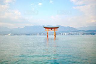水の体の小さなボートの写真・画像素材[1014385]