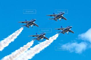 空を飛んでいるジェット戦闘機のグループの写真・画像素材[1103479]