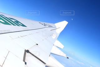 空を飛んでいる飛行機の写真・画像素材[1106511]