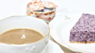 コーヒー カップの横にある皿の上のケーキの一部の写真・画像素材[1267498]