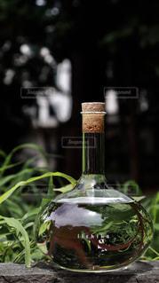 近くにガラス花瓶をテーブルの上のの写真・画像素材[1282414]
