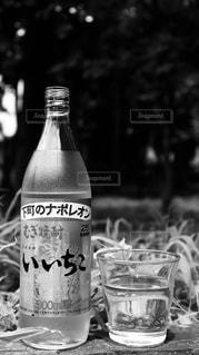 テーブルに空のボトルの写真・画像素材[1282420]