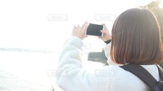 携帯電話で通話中の女性の写真・画像素材[1595026]