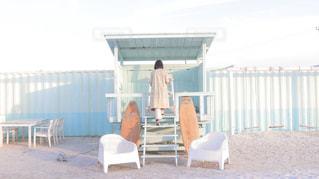 フェンスの前に座っている椅子の写真・画像素材[1662222]