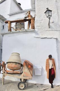 建物の前に立っている人々 のグループの写真・画像素材[1662226]