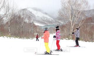 雪の上にスキーに乗っている人のグループ対象斜面の写真・画像素材[1688740]