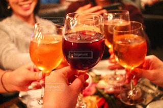 ワイングラスを持ってテーブルに座っている女性の写真・画像素材[2495474]