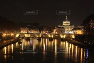 夜空に都市のある大きな水域の写真・画像素材[4080734]