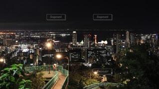 夜の線路上の電車の写真・画像素材[4080744]
