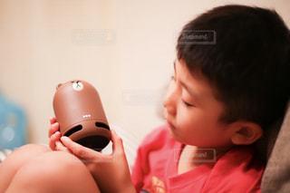 リモート コントロールを保持している若い子の写真・画像素材[1358498]