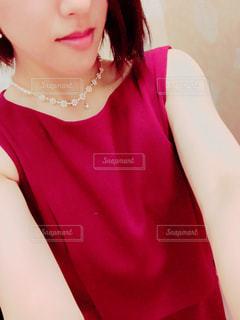 赤と黒の髪を着ている女性の写真・画像素材[1035886]