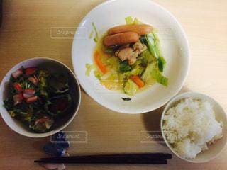板の上に食べ物のボウルの写真・画像素材[738653]