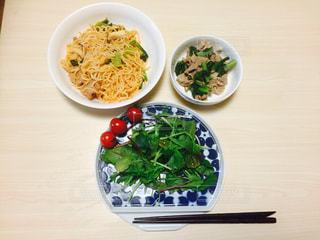 テーブルの上に食べ物のボウルの写真・画像素材[738661]