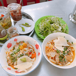 テーブルの上に食べ物のボウルの写真・画像素材[913976]