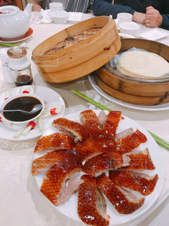 テーブルの上に食べ物のプレートの写真・画像素材[922514]