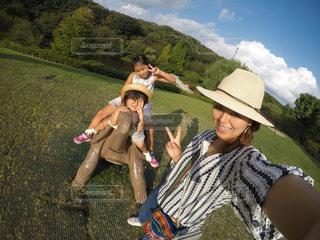 草の中に立っている人々 のカップルの写真・画像素材[763448]
