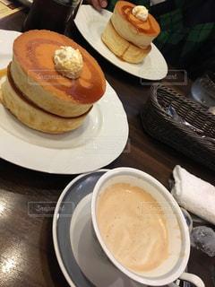 食品とコーヒーのカップのプレートの写真・画像素材[799675]
