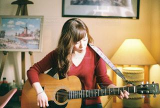 ギターを抱えて女性 - No.731003