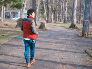 通りを歩く女性 - No.848298