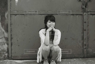 建物の前に立っている若い女の子の写真・画像素材[848299]
