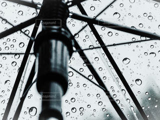 雨の中で座っている時計の写真・画像素材[848304]